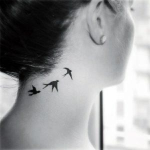 tatuaje de aves en el cuello