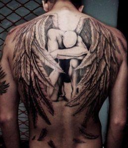 tatuaje de con alas en espalda de hombre