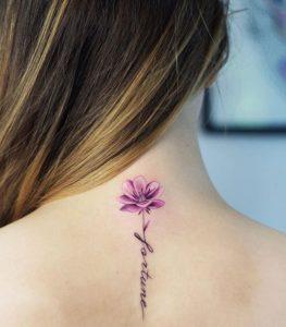 tatuaje de flor rosada en la espalda