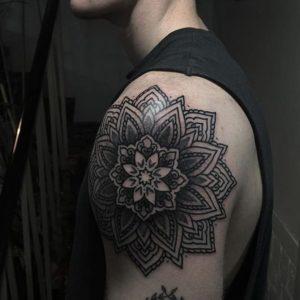 tatuaje de mandala hombro de hombre