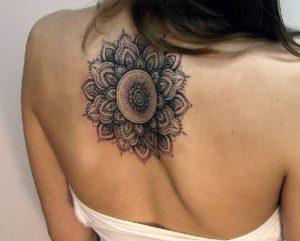 tatuaje mandala en espalda de mujer