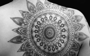 tatuaje mandala espalda de hombre