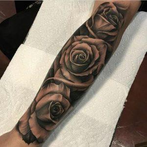 tatuaje rosas brazo hombre