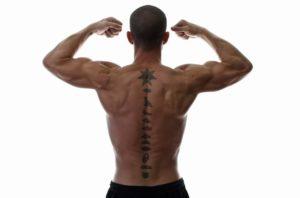 tatuajes pequeños para espalda de hombres