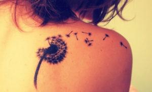 tatuaje diente de león espalda mujer